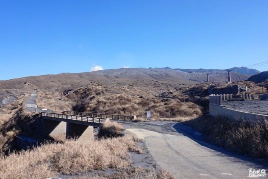 Le mont Aso couvert de cendres après les éruptions, Kumamoto
