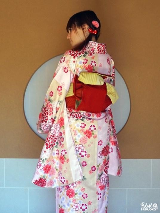 Obi rouge sur kimono rose