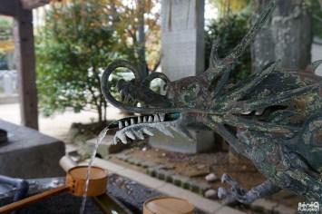 Dragon à la fontaine de purification, sanctuaire Momiji Hachimangû, Fukuoka