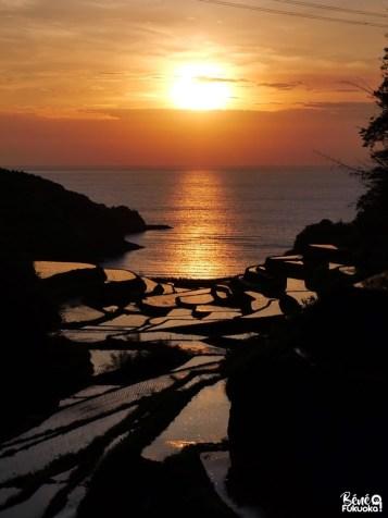 Coucher de soleil sur les rizières en terrasse Hamanoura, ville de Genkai, préfecture de Saga