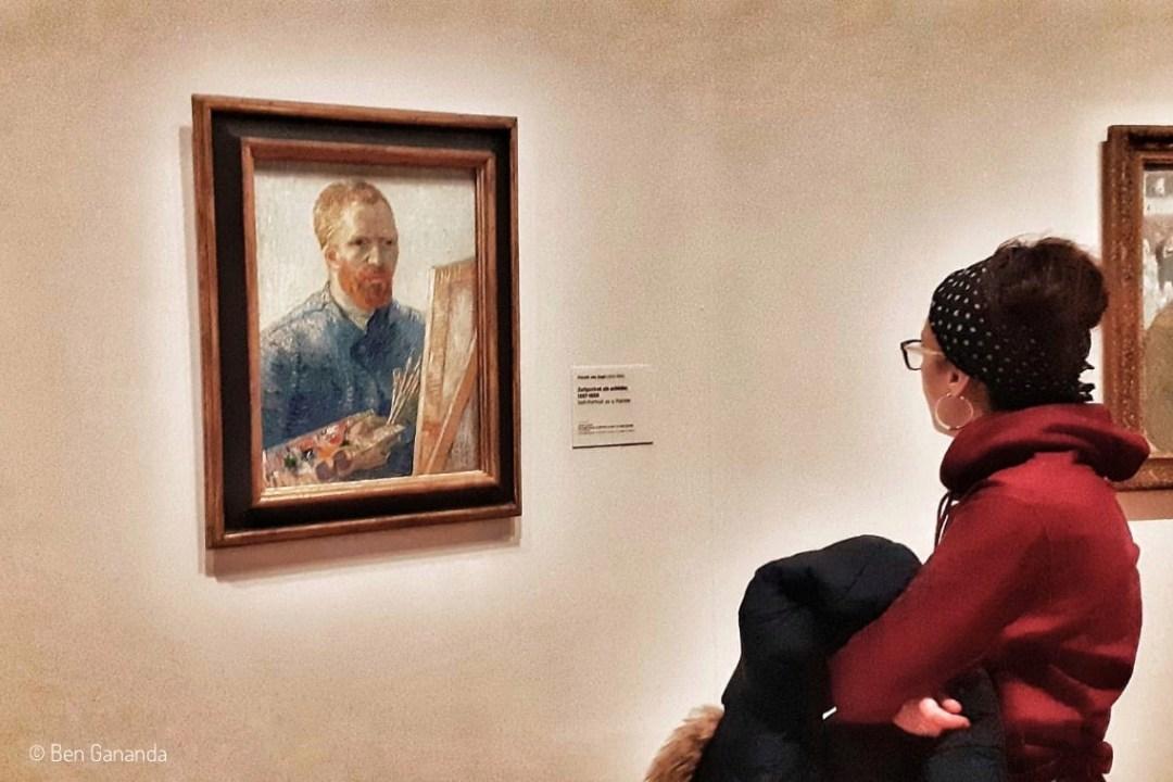 jeune femme devant tableau de van Gogh