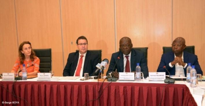 Le ministre d'Etat en charge du Plan et du Développement, Abdoulaye Bio Tchané et le directeur des Opérations de la Banque mondiale pour le Bénin, Pierre Laporte / Photo : ortb.bj
