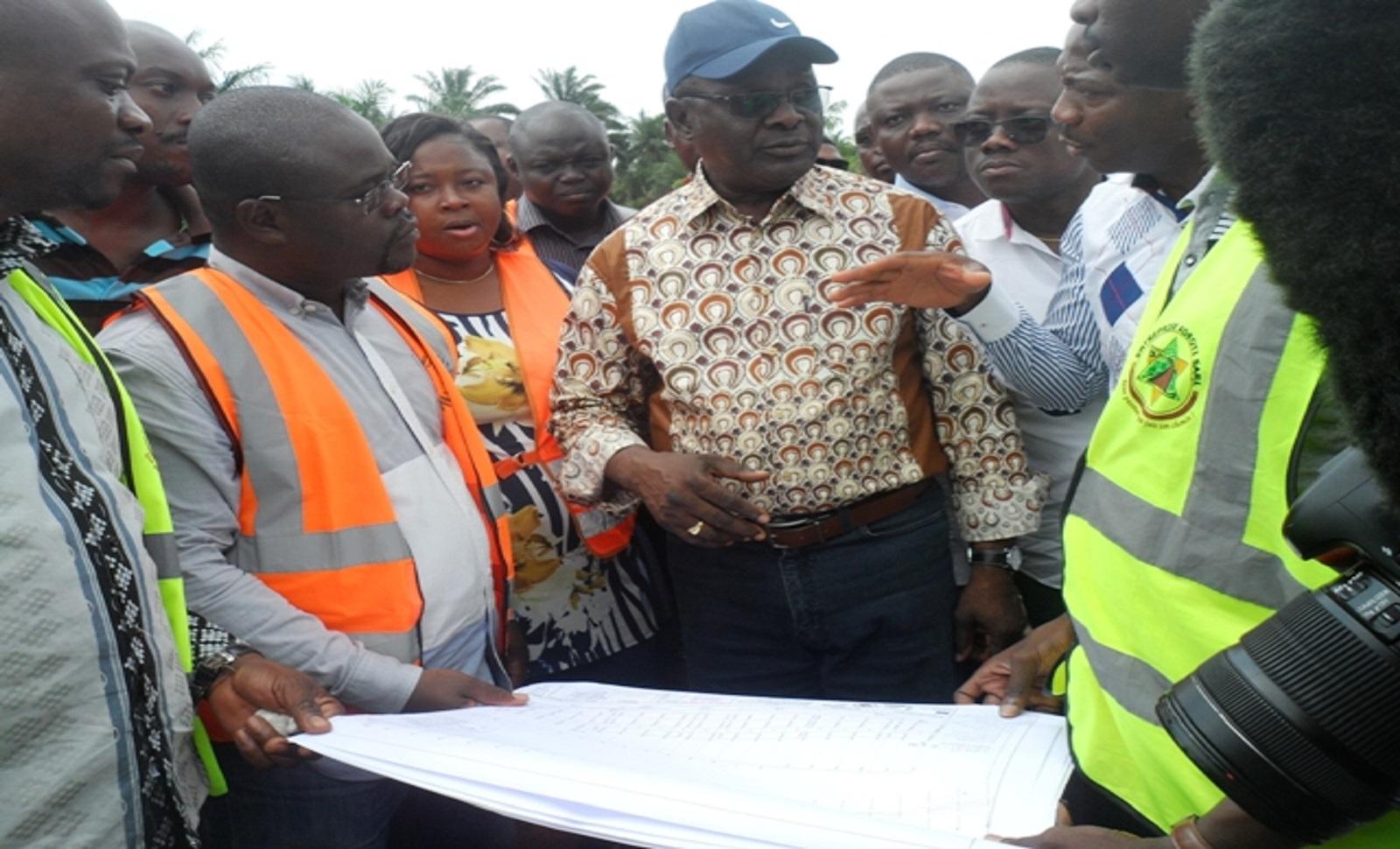 Cyr Koty satisfait de l'évolution des travaux de la route Zagnanado-Banamè-Paouignan. / Photo : agencebeninpresse.info