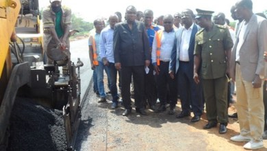 Photo of Alassane Seïdou satisfait de l'avancement du chantier de construction de la route Zagnanado-Banamè-Paouignan
