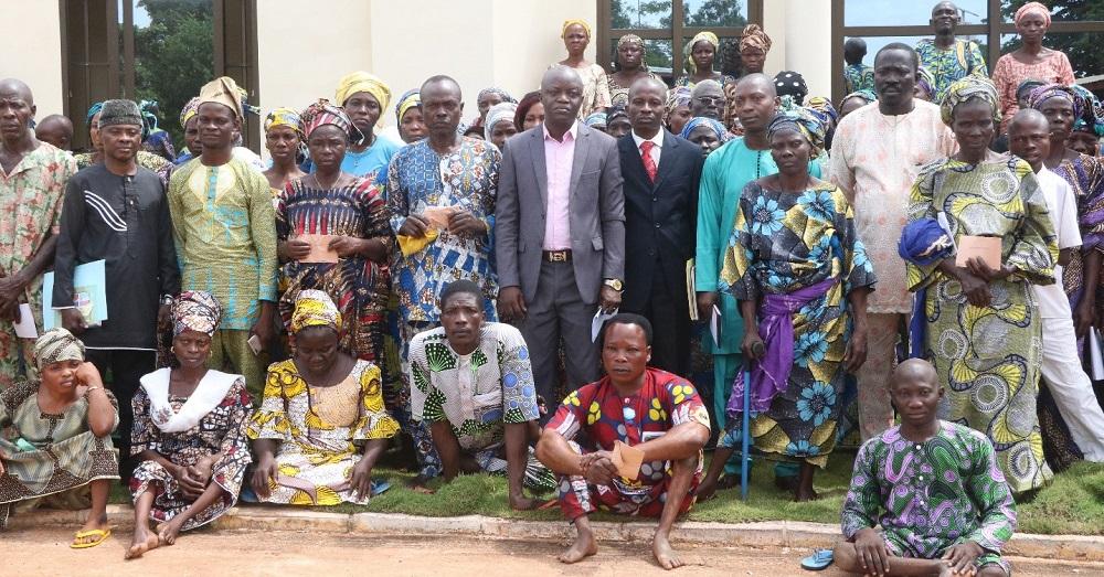 Les-bénéficiaires-fiers-de-recevoir-les-secours-de-l'Etat-pour-l'amélioration-de-leurs-conditions-d'existence