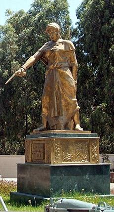 Statue de Fatma N'Soumer (1830-1863) plus célèbre figure du mouvement de la résistance algérienne contre la conquête coloniale française de l'Algérie.