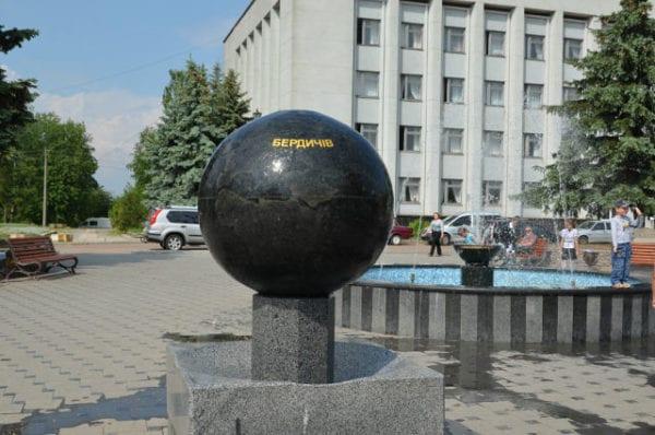 Звериный оскал власти: в Бердичеве член исполнительного комитета напал на активистов? ВИДЕО
