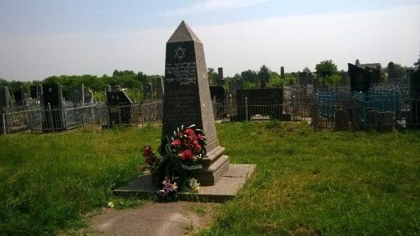 В Бердичеве задержали группу вандалов, оскверняющих могилы на местном кладбище. ФОТО