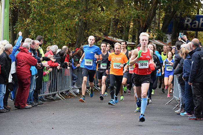 Lopers tijdens de start van de 10 kilometer Kleintje Berenloop 2016.