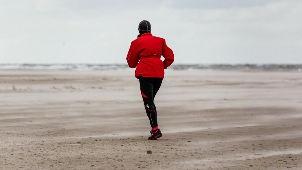 Berenloper op het strand tijdens de halve marathon van de Berenloop 2017.
