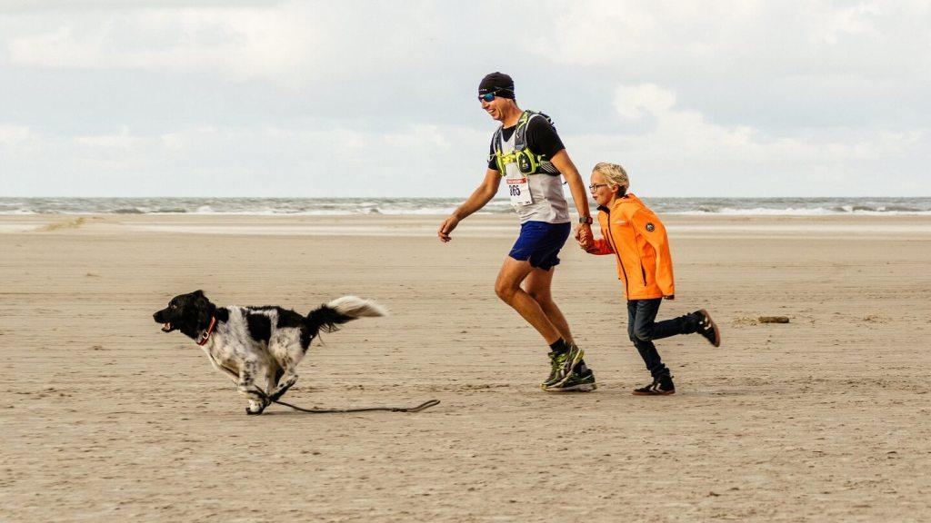 Berenloper op het strand tijdens de hele marathon van de Berenloop 2017.