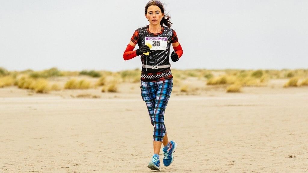 Katia Ganda op het strand tijdens de hele marathon van de Berenloop 2017.
