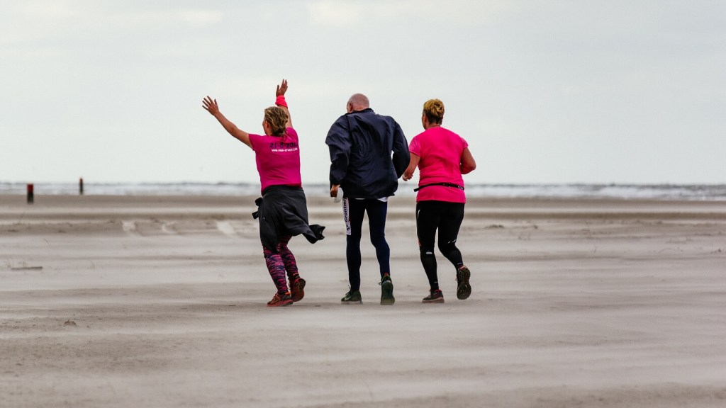 Berenlopers op het strand tijdens de halve marathon van de Berenloop 2017.