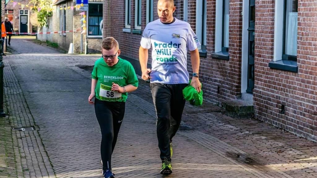 Deelnemer van de jeugdloop 2017 samen met zijn vader.