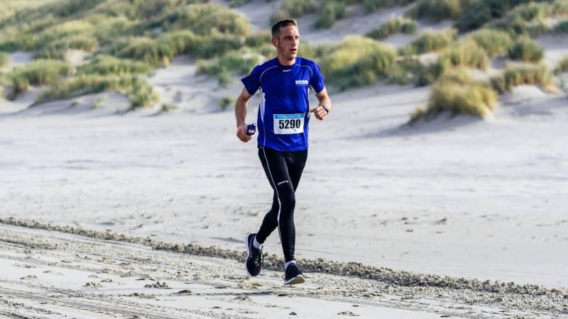 Rob de Bos op het strand tijdens de halve marathon van de Berenloop 2018.