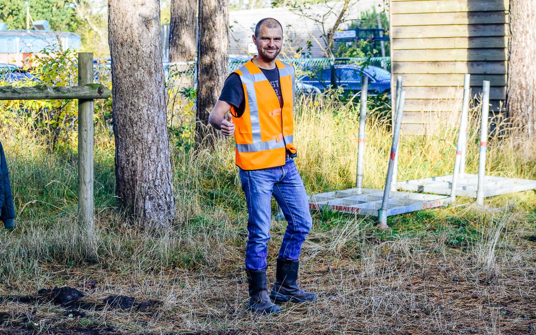 Vrijwilliger Albert Wiegman tijdens de voorbereiding van de Kleintje Berenloop 2018.