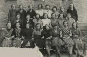 Jenter fra Gyldenpris i avgangsklasse på Møhlenpris skole i 1938. Privat foto.