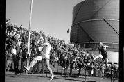 NM i friidrett i august 1961 med gasstanken i bakgrunnen. Fotograf ukjent. Arkivet etter Bergens Arbeiderblad.