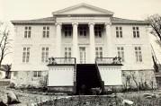 Kronstad Hovedgård, hovedfasade med tempelfront. Ukjent fotograf og år. Fra arkivet etter Morgenavisen.