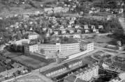 Fridalen skole i 1948, med brakker og boligbyggelag i front. Foto: Widerøes flyveselskap. Billedsamlingen Universitetet i Bergen