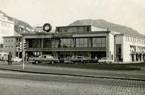 Busstasjonen i Bergen åpnet i 1958. Den ble tegnet av arkitektene Hans W. og Rolf Rohde. Foto fra 1960-tallet.