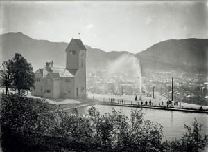 Skansen brannstasjon, bygd i 1903, og Skansedammen fotografert rundt 1910. Fotograf: Ukjent. Arkivet etter Brannvesenet (1863-1971), Bergen Byarkiv.
