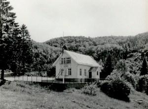 Gamle Riple skolehus fra 1904 på Totland.  Fotograf: Ukjent. Arkivet etter Riple skole, Bergen Byarkiv.