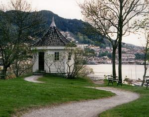 Elsesro, et tidligere lyststed i Sandviken. Her ligger nå Gamle Bergen Museum. I det åttekantede «kinesiske» lysthuset skrev Edvard Grieg musikken til Bjørnstjerne Bjørnsons påtenkte operalibretto «Olav Tryggvason» og deler av Ibsens «Peer Gynt.» Fotograf: Norvall Skreien.