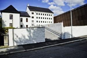 Statsarkivet i 2013, med nybygget til høyre. Den nye hovedingangen i sør har universell utforming.<br />Fotograf: Knut Skeie Aksdal, Bergen Byarkiv.