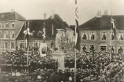 Avdukingen av Christiestøtten 17 mai 1868. Fotograf: Knud Knudsen. Arkivet etter Formannskapet, Bergen Byarkiv.