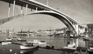 Puddefjordsbroen fra 1956 knyttet Møhlenpris på nord-østbredden og Laksevåg, Gyldenpris og Damsgård på sør--vestsiden sammen.<br />Fotograf: Ukjent.<br />Arkivet etter Morgenavisen A/S, Bergen Byarkiv.