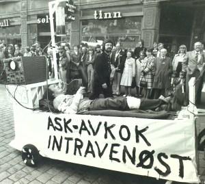 """Fra Hovedprosesjonen. Syttende mai-feiring i 1978. Ņret da askavkok ble """"vidundermedisin"""". Fotograf: Kristian Dahl. Arkivet etter Morgenavisen A/S, Bergen Byarkiv."""