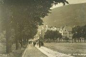 På dette bildet fra Christies gate og byparken før brannen i 1916 ser vi Hambros skole med de tre spisse gavlene til høyre i bildet. Bygningen ved siden av er Hotel Metropol. Vi skimter også den gamel brannstasjonen, som fortsatt står i dag, bak hotellet. Foto: Mittet.