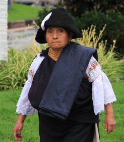 Trekkingreise Ecuador: Frau in Otavalo