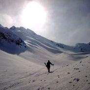 Bei der Abfahrt, hinten links der Gipfel