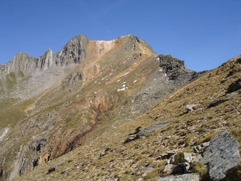Von dem roten Gestein hat der Gipfel seinen Namen