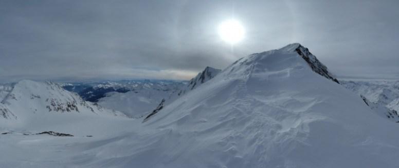 Von der kleinen Scharte sieht man endlich den Gipfel... und auch sonst ist die Aussicht nicht ganz zu verachten.