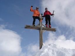 Eine kleine Showeinlage am Gipfelkreuz