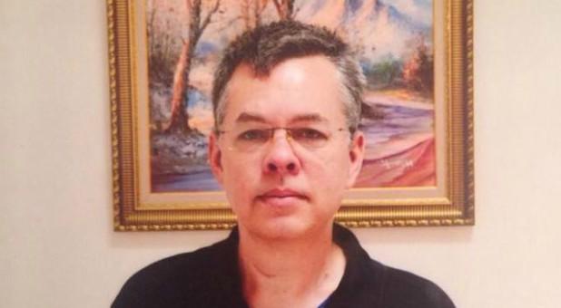 Pastor Andrew Brunson Dibebaskan, Trump Mendapat Banyak Pujian