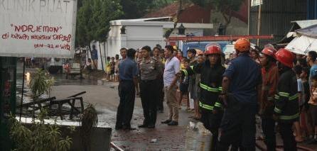Kapolsek Pondok Aren Kompol Indra Ranudikarta memantau TKP