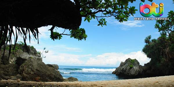 Menikmati Keindahan Pantai Nglolang, Mirip Dengan Pantai Pribadi