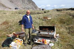 Gunnvald Hansen har etter hvert lagt mere vekt på at elevene skal ha en god opplevelse når de plukker søppel. Her står han foran grillen i Sandfjorden.