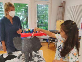 Vergrößerung: Katrin Rinne (Workshopleiterin TalentCAMPus) und Hatice (9) bauen einen Elefanten