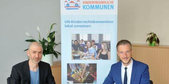"""Vertragsunterzeichnung """"Kinderfreundliche Kommunen"""" - Dominik Bär und Landrat Gordon Lemm unterzeichnen die Verträge"""