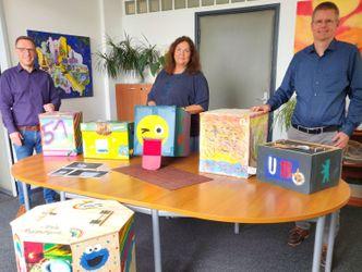 Vergrößerung: Wahlurnenjury v.l.n.r.: Dirk Buchwitz, Claudia Schütz, Tobias Dollase mit U18-Wahlurnen, rechts Siegerurne