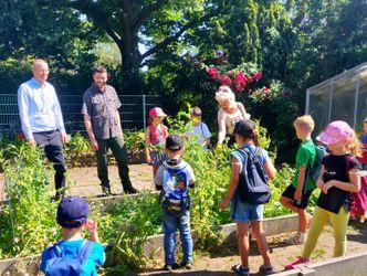 Vergrößerung: v.l.n.r.: Tobias Dollase (Schulrat), Peter Wunderlich (Gärtner), Conny Muschikowski (Kitalehrerin) und Ferienkinder der Grundschule im Fließtal.