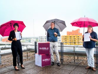 Vergrößerung: v.l.n.r. Helene Böhm (Leiterin Sozialbezirksmanagement GESOBAU), Tobias Dollase (Jugendstadtrat) und Mechthild Flemming (stellv. Leiterin Jugendamt).