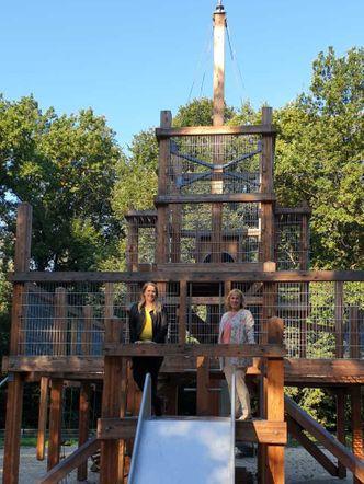 Vergrößerung: Landrätin Katrin Schultze-Berndt (CDU) und Angela Gahlert, Spielplatzverwaltung (links) auf dem sanierten Spielplatz Mäckeritzwiesen.