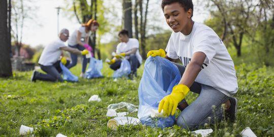 Junge Leute sammeln Müll im Park