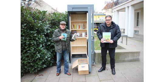 v.l. Mario Rietz & Michael Grunst vor der Kiezfonds-Bücherbox am Johannes-Fest-Platz